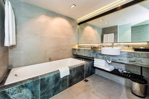 premium-luxury-king-suite-bathroom