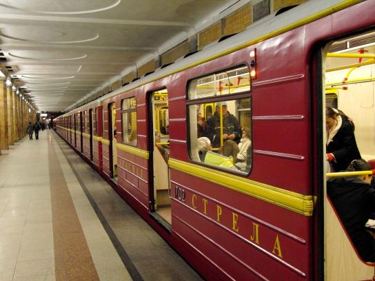 Krasnaya strela (Red arrow) train at Krasnoselskaya station (Метропоезд Красная cтрела на станции Красносельская)